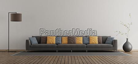 minimalistisches wohnzimmer mit grossem sofa