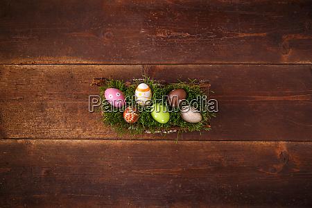ostereier liegen auf gruenem fruehlingsgras