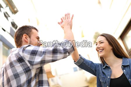 amigos felices dando alto cinco en