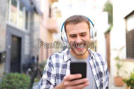 gluecklicher mann der musik hoert indem