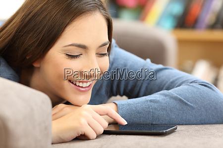 ehrliches maedchen mit einem smartphone auf