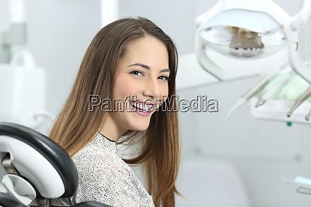 zahnarzt patient zeigt perfektes laecheln nach