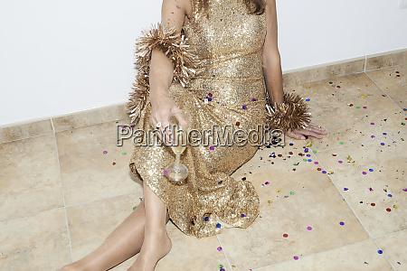 leitende frau mit goldenem kleid silvester