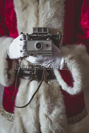 weihnachtsmann mit vintage kamera teilansicht