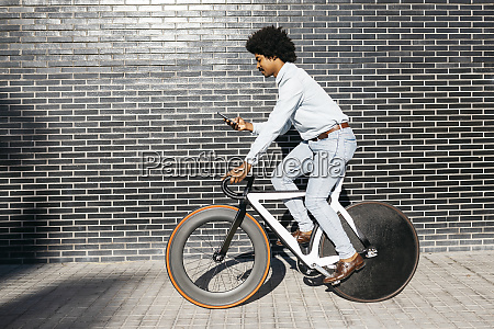 mittlere erwachsene mann mit seinem fahrrad