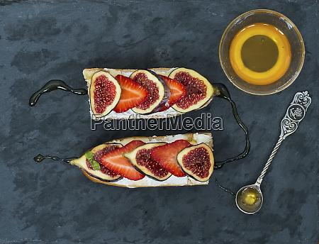 feigen und erdbeerziegenkaese sandwiches mit honig