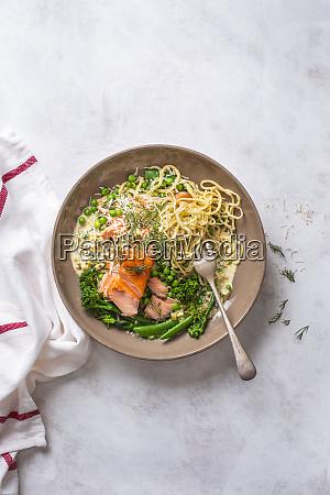 hausgemachte pasta mit cremiger sauce lachs