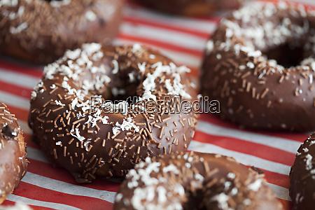 dekoriert emittierte koestliche schokoladen donuts
