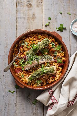 pasta mit tomatensauce und chorizowurst und
