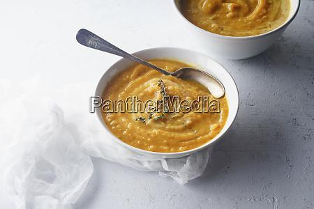puerierte butternuss kuerbissuppe mit samen und