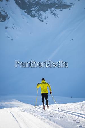 langlauf junger langlauf am wintertag