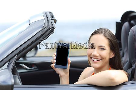 gluecklicher autofahrer mit leerem telefonbildschirm