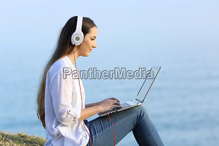 maedchen lernen online mit einem laptop