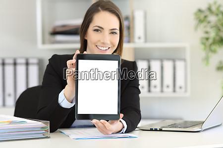 bueromitarbeiter zeigt ein tablet bildschirm mockup