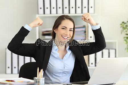 motivierte geschaeftsfrau schaut vor die kamera