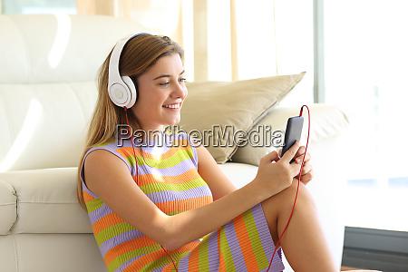 teen hoeren musik zu hause