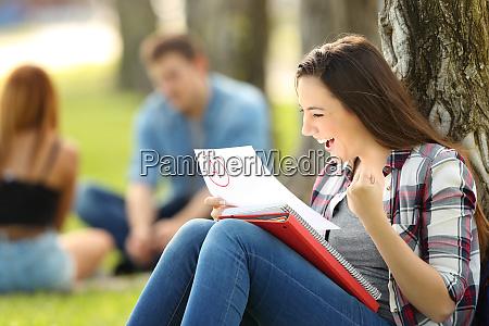 aufgeregter student der eine genehmigte pruefung