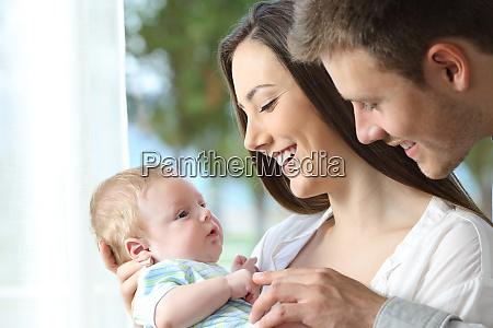 stolze eltern spielen mit ihrem baby