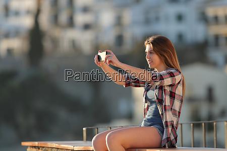 teenage maedchen fotografieren mit einem smartphone