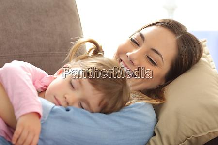 stolze mutter beobachtet ihr baby schlafend