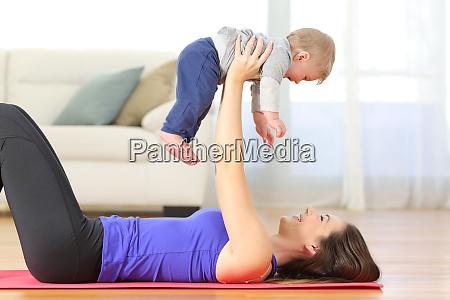 mutter trainiert mit ihrem baby zu