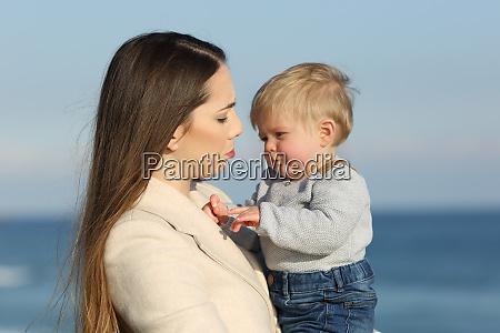 mutter und ihr baby sohn stirnrunzeln