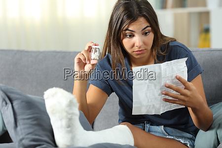 verwirrte behinderte frau lesen pille broschuere