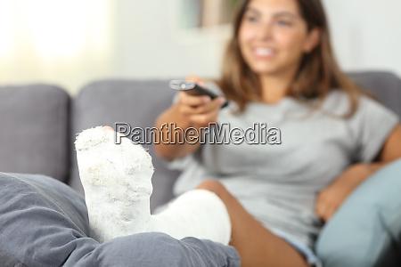 behinderte glueckliche frau fernsehen zu hause