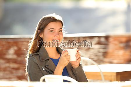 maedchen trinkt kaffee und schaut in