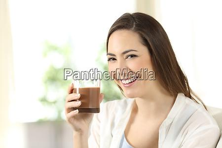 maedchen haelt einen kakao shake der