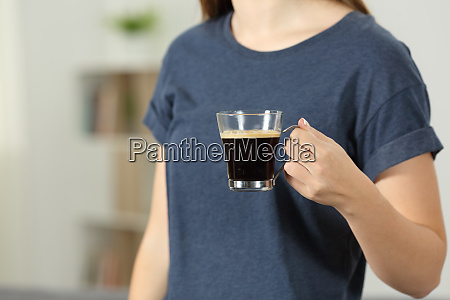lady hand haelt eine kaffeetasse zu