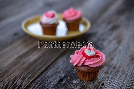 rosa und weisse muffins mit herz
