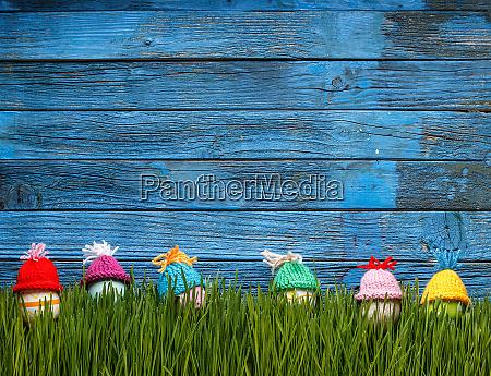 ostereier im gruenen gras