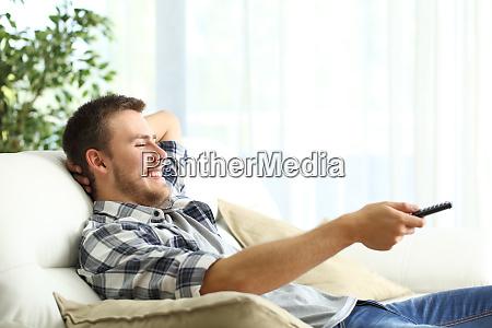 happy man entspannt fernsehen zu hause