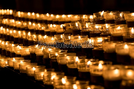 gruppe von trauerkerzen in der kirche