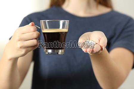 frau haende halten eine kaffeetasse und