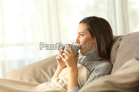 frau entspannen zu hause kaffeetrinken