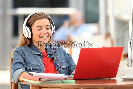 glueckliche student entspannen beobachten auf linie
