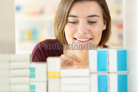 kundensuchen von medikamenten in einer apotheke