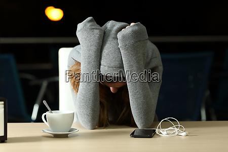 trauriger teenager beschwert sich in einer