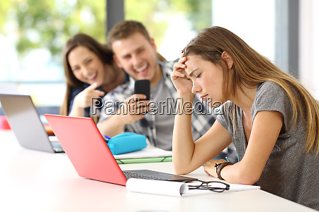 traurige studentin opfer von cyber mobbing