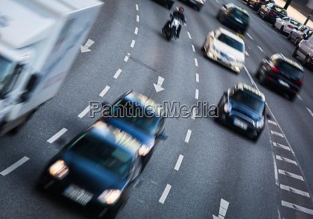 stadtstrassen mit starkem verkehr bewegung