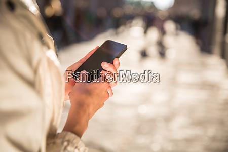 junge frau messaging mit app