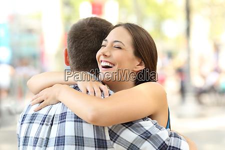 paar oder freunde umarmen sich nach