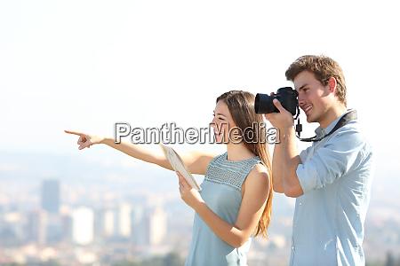 glueckliche touristen beim fotografieren in einer
