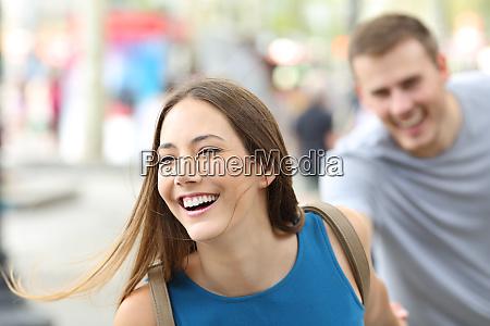 lustige teenager laufen auf der strasse