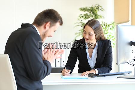 geschaeftsleute unterzeichnen vertrag nach deal