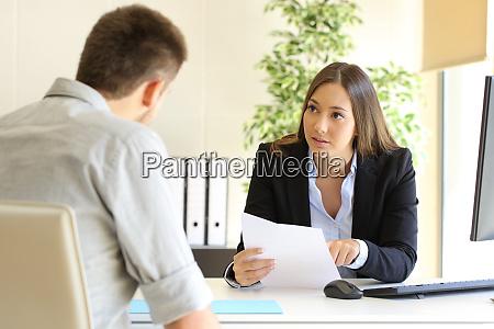 mann auf jobsuche waehrend eines interviews