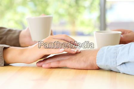 paar dating und beruehrende haende