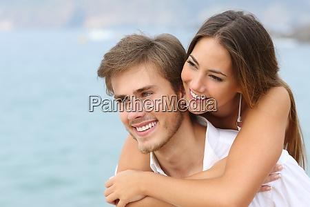 glueckliches paar verliebt mit perfektem laecheln